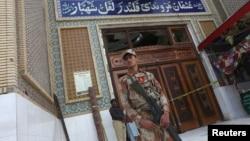 巴基斯坦信德省一座苏菲派清真寺发生自杀炸弹爆炸后,民兵在入口处站岗(2017年2月17日)
