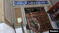 دھماکے کے بعد لعل شہباز قلندر کے مزار کے احاطے میں موجود سکیورٹی اہلکار