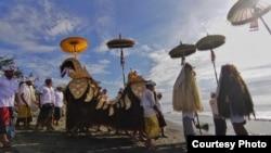 Umat Hindu Bali Melakukan Upacara Melis Menjelang Nyepi (foto: Ida Made Santi Utama).