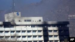 아프가니스탄 카불의 인터콘티넨탈호텔에서 인질극이 발생한 21일, 호텔 옥상에 아프간 군인들의 모습이 보인다.