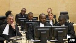 Ông Jean-Pierre Bemba (giữa, phía sau) bị đưa ra xét xử tại Tòa án Tội phạm Quốc tế vì những tội ác chiến tranh mà binh sĩ của ông này bị cáo buộc đã thực hiện ở Cộng hòa Trung Phi