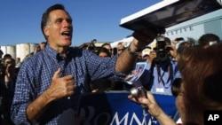 플로리다 주 경선을 앞두고 유권자들을 만난 미트 롬니 후보