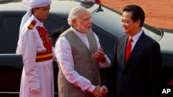 Thủ tướng Việt Nam Nguyễn Tấn Dũng được Thủ tướng Ấn Độ Narendra Modi đón tiếp tại Dinh Tổng thống Ấn Độ ở New Delhi, ngày 28/10/2014.