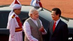 Indian Prime Minister Narendra Modi, center, talks to Vietnam's Prime Minister Nguyen Tan Dung, right, during a ceremonial reception at the forecourt of the Indian President's palace in New Delhi, Oct. 28, 2014.