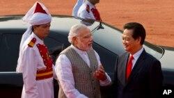 2014年10月28日,印度总理莫迪(中)与来访的越南总理阮晋勇(右)在新德里总统府举行的欢迎仪式上交谈。