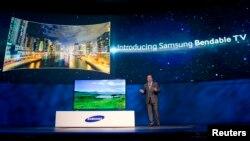 El vicepresidente ejecutivo de Samsung America, Joe Stinziano presenta en Las Vegas la telelevisión cuya pantalla se hace curva.