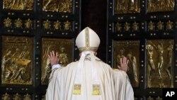 """پاپ فرانسیس رهبر کاتولیک های جهان در حال گشودن """"در مقدس"""" کلیسای سن پیتر و اعلام آغاز سال ویژه """"بخشش الهی"""" - ۱۷ آذر ۱۳۹۴"""