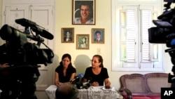 Ofelia Acevedo, derecha, y su hija Rosa María Payá en una conferencia de prensa en La Habana en 2012.