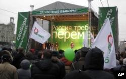 """反对派亚博鲁集团12月17日抗议集会讲台上的主要口号是""""俄罗斯要求变革"""""""