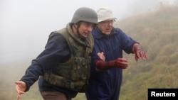 在德国某军营内的联合国训练中心,一名禁化武组织的检查员(戴盔者)在模拟爆炸现场演练如何救助伤员。(资料照片)