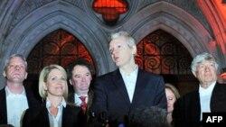 Ông Julian Assange, giữa, trả lời báo chí bên ngoài Tòa án Tối cao ở trung tâm London, 16/12/2010