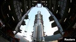 Roket Long March 3B yang membawa kendaraan pengorbit bulan Chang'e-3 di pusat peluncuran satelit Xichang di provinsi Sichuan, 2013.