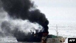 Tàu đánh cá Jeong Woo 2 của Nam Triều Tiên bốc cháy trên vùng biển Ross thuộc Nam Cực, gần bờ biển New Zealand, sáng ngày 11/1/2012
