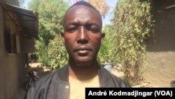 Tibegué Iré Landry alias KKJ, un tenancier à N'Djamena, le 1er janvier 2020. (VOA/André Kodmadjingar)