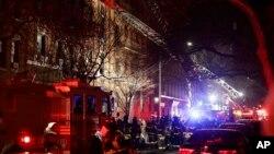 Vatrogasci ispred zgrade u Bronksu