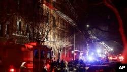 消防人員在紐約布朗克斯失火公寓樓滅火