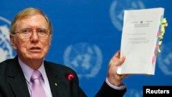 마이클 커비 유엔 북한인 조사위원장이 지난 2월 스위스 제네바에서 열린 기자회견에서 최종 조사보고서를 발표하고 있다.