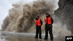 """台風""""菲特""""逼近之際,巨浪猛撲浙江省溫嶺的大壩。"""