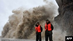 Ombak besar menghantam tanggul ketika Topan Fitow sampai di Wenling, provinsi Zheijiang, China (6/10). (Foto: AFP)