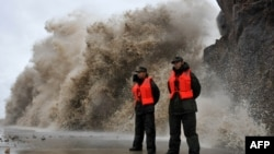 A huge wave hits the dike as Typhoon Fitow moves to make its landfall in Wenling, east China's Zhejiang province on October 6, 2013.