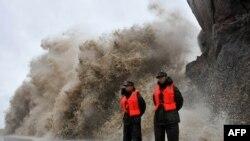 태풍 피토가 접근함에 따라 중국 저장성 해안에 높은 파도가 일고 있다.
