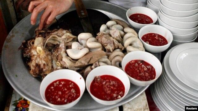 Tiết canh, một món ăn phổ biến ở Việt Nam, được làm từ tiết và nội tạng vịt hoặc heo.