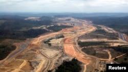 Construcción de una enorme hidroeléctrica en el amazonas brasilero. Miles de bosques arrasados con su fauna y flora.