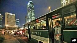 Bus Kopaja di pusat kota Jakarta.