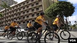 Policías patrullan las calles de Honolulu, ciudad sede de la cumbre.