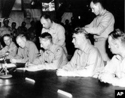 지난 1953년 7월 30일 마크 클라크 유엔군 최고사령관이문산 유엔군 기지에서 한국전쟁 정전협졍에 서명하고 있다.