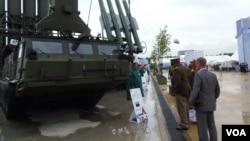 2015年夏季在莫斯科郊外举办的武器展览上,外国军事代表团在观看俄制防空导弹系统。