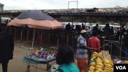 Abathenga bethengisa impahla eGodini Mall.