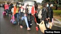 지난 2016년 4월 북한 해외식당에서 근무하던 종업원 13명이 집단 탈출해 한국에 입국했다며, 한국 통일부가 공개한 사진. 통일부는 입국자가 남자 지배인 1명과 여자 종업원 12명이라고 밝혔었다.