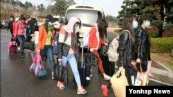 """북한 해외식당에서 근무하는 종업원 13명이 집단 탈출해 지난 7일 국내에 입국했다고 한국 통일부가 밝혔다. 정준희 통일부 대변인은 이날 정부서울청사에게 열린 기자회견에서 """"북한 해외식당에서 근무 중이던 지배인과 종업원 등 13명이 집단 귀순했다""""며 """"이들은 남자 지배인 1명과 여자 종업원 12명으로, 4월 7일 서울에 도착했다""""고 말했다. 통일부 제공 사진."""