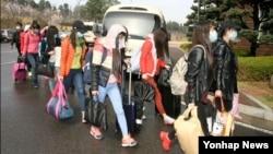 """북한 해외식당에서 근무하는 종업원 13명이 집단 탈출해 7일 국내에 입국했다고 한국 통일부가 8일 밝혔다. 정준희 통일부 대변인은 이날 정부서울청사에게 열린 기자회견에서 """"북한 해외식당에서 근무 중이던 지배인과 종업원 등 13명이 집단 귀순했다""""며 """"이들은 남자 지배인 1명과 여자 종업원 12명으로, 4월 7일 서울에 도착했다""""고 말했다. 한국 통일부 제공. (자료사진)"""
