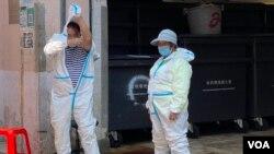 在強制檢測封鎖區內工作的清潔工人需要穿上全套保護衣。(美國之音 湯惠芸拍攝)