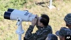 18일 NLL과 인접한 연평도의 연평부대를 찾아 망원경으로 북한 해안 쪽을 바라보고 있는 한국의 이명박 대통령