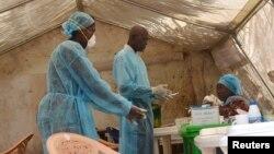 Pekerja kesehatan mengambil sampel darah untuk menguji virus Ebola dari seorang pasien di sebuah tenda di rumah sakit lokal di Kenema, Sierra Leone (foto: dok). Seorang warga negara Amerika di Ghana sedang diperiksa untuk mengetahui apakah ia mengidap Ebola, yang telah menewaskan hampir 500 orang di Afrika Barat tahun ini.
