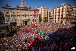 "Members of the Castellers of Barcelona form their famous human tower called ""castell"" in Sant Jaume square in Barcelona, Spain, Sunday, Sept. 24, 2017."