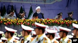 ایرانی صدر حسن روحانی تہران میں ایک فوجی پریڈ کا معائنہ کر رہے ہیں۔ (فائل فوٹو)