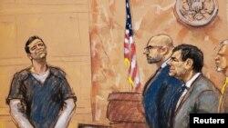 """Vicente Zambada Niebla (izquierda) sonríe desde el estrado de los testigos, en el juicio contra el acusado capo mexicano de las drogas, Joaquín """"El Chapo"""" Guzmán (derecha), mientras el abogado defensor A.Eduardo Balarezo lo mira en la corte federal de Brooklyn en Nueva York."""