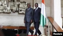 Perdana Menteri Sementara Mali Cheick Modibo Diarra (kiri) dan Presiden Pantai Gading Alassane Outtara di Istana Presiden Pantai Gading di Abidjan (Foto: dok). Diarra berada di Burkina Paso untuk dialog terkait konflik Mali Utara.