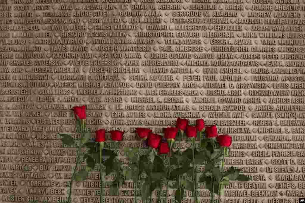 Bông hồng được đặt gần tên các nạn nhân vụ khủng bố 11/9 tại đài tưởng niệm ở Jerusalem.