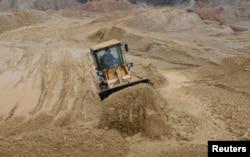 一名中国工人在江西南城县的稀土工地上驾驶推土机。(资料照片)
