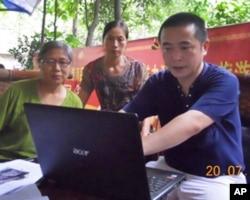 访民赵先琼(左)到六四天网工作站向黄琦(右)报告当局打压她家的恶行
