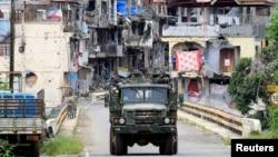 10月19日,菲律賓士兵坐上軍車開進馬拉維。