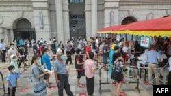 中国福建厦门居民排队接受新冠核酸检测。(2021年9月14日)