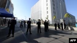 中国知名维吾尔学者伊力哈木案在新疆乌鲁木齐中级人民法院审理,受到国际社会关注,中国当局如临大敌,排除大批警察在法院门外站岗。