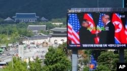 Layar televisi menampilkan foto pemimpin Korea Utara Kim Jong-un (kiri) dan Presiden AS Donald Trump untuk mengkampanyekan Dialog Pertahanan Seoul di Seoul, Korea Selatan, 5 September 2018. (Foto: dok).