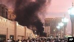 사우디아라비아의 성지 메디나에서 4일 발생한 폭탄 테러 현장에서 검은 연기가 피어오르고 있다.